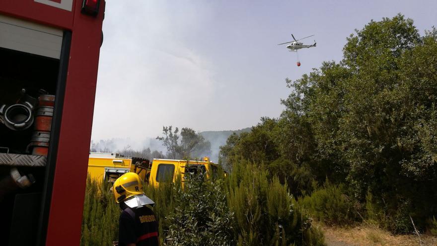 En la imagen, un bombero en las tareas de extinción.