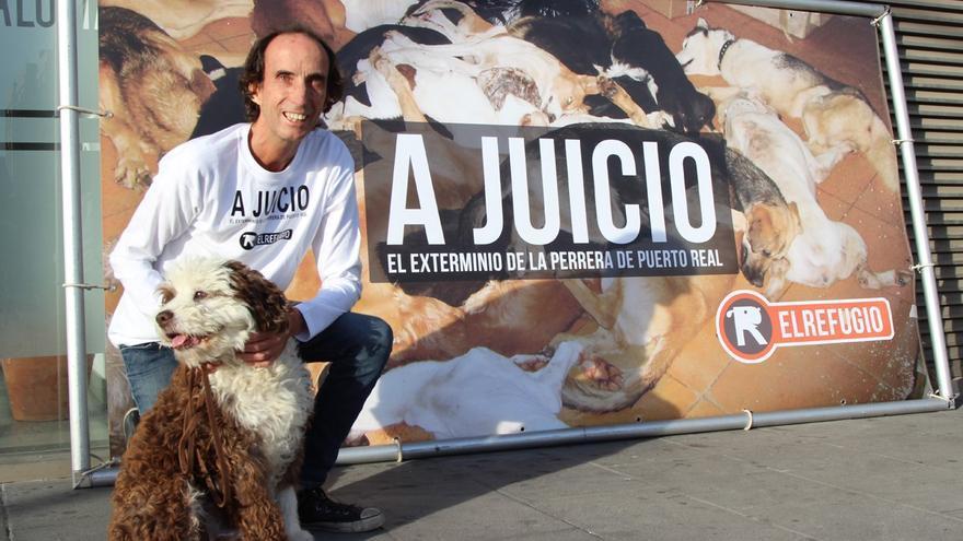 Nacho Paunero, director de la protectora El Refugio, en la puerta de los juzgados.