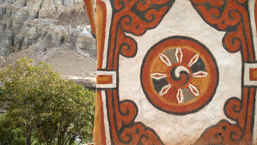Símbolos religiosos en un templo de Mustang. Esta región nepalí atesora la cultura tibetana más pura del Himalaya. simonsimages
