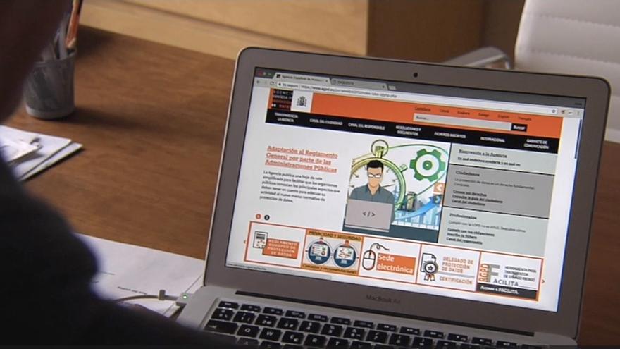 Un usuario consulta la página web de la Asociación Española de Protección de Datos.