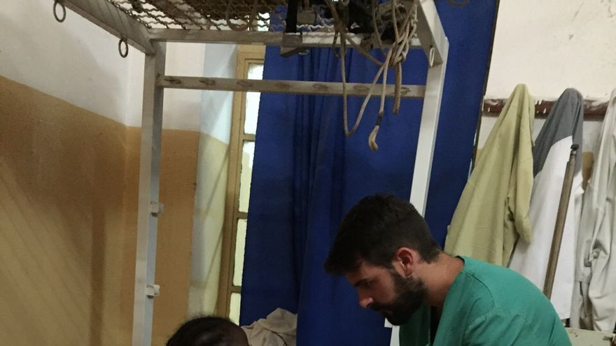 Mario en el Hospital Royal Victoria de Banjul, donde ha ejercido este verano de fisioterapeuta en la unidad de rehabilitación
