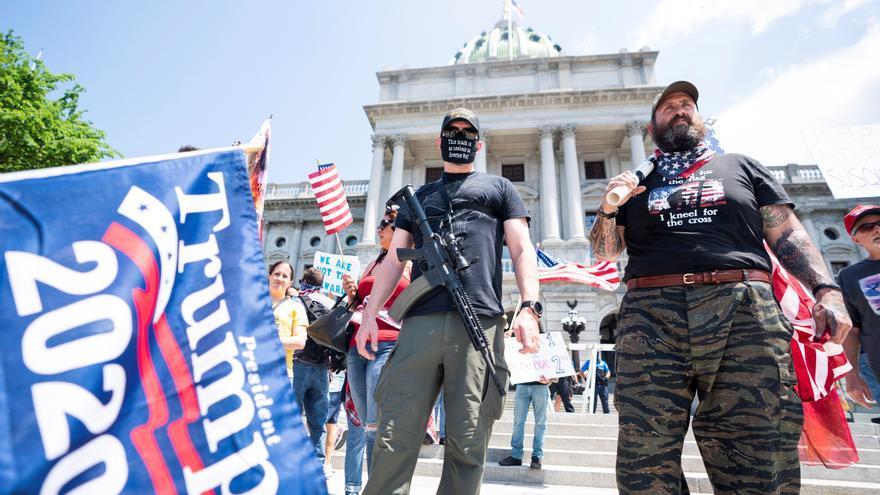 Manifestantes armados frente a la sede del Capitolio de Pensilvania el pasado 15 de mayo para pedirle al gobierno el cese las órdenes de cuarentena por el coronavirus