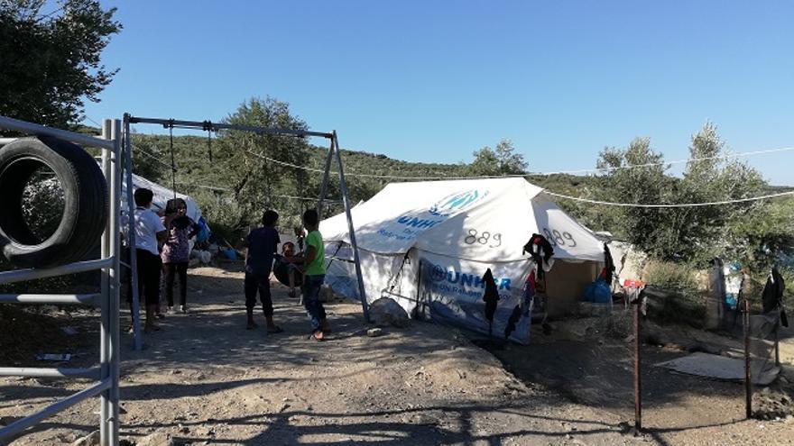 Niños jugando en el campo de refugiados de Moria