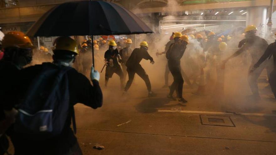 La policía lanzó gases lacrimógenos contra manifestantes en la manifestación no autorizada del domingo 28 de julio.