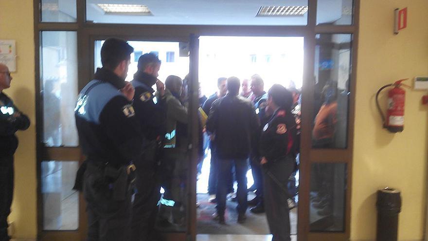Agentes de la Policía Local de Las Palmas de Gran Canaria impiden acceder al Ayuntamiento a unos 50 obreros de la empresa Joraga Estructuras Sociedad Limitada.