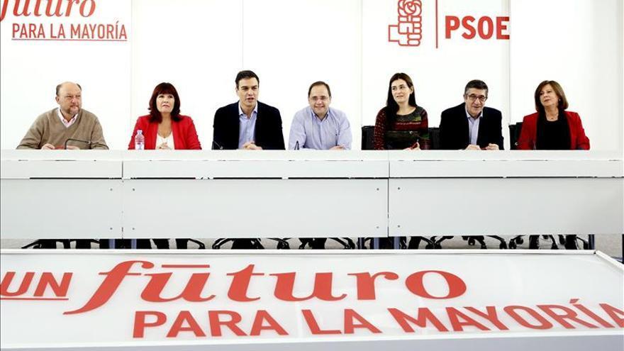 Pedro Sánchez junto a Micaela Navarro y César Luena durante la ejecutiva del PSOE