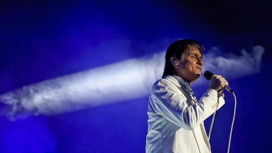 Alejandro Sanz, Carlos Vives y Romeo Santos en el homenaje a Roberto Carlos