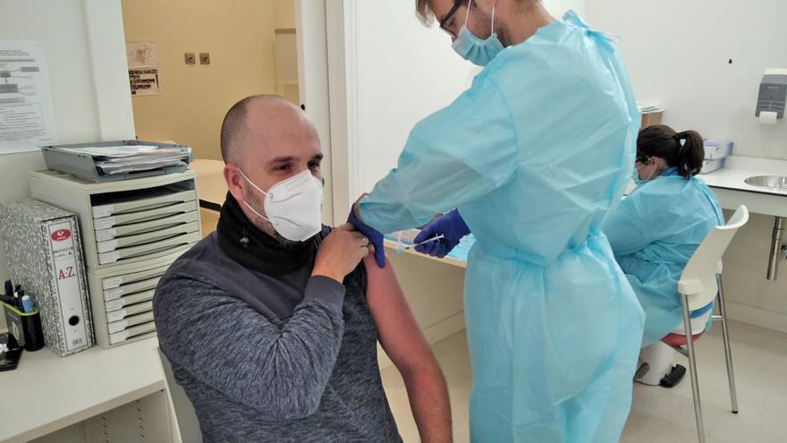 Archivo - Un enfermero pone una vacuna