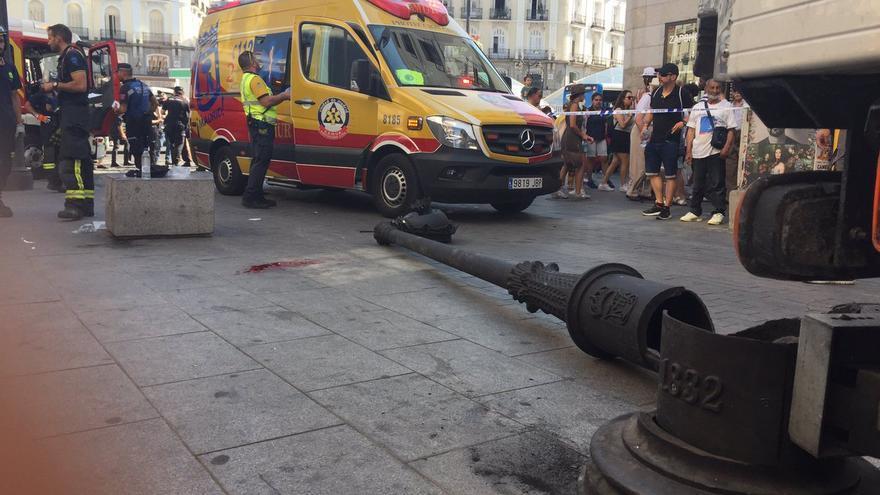 La farola ha sido tirada por un camión de reparto