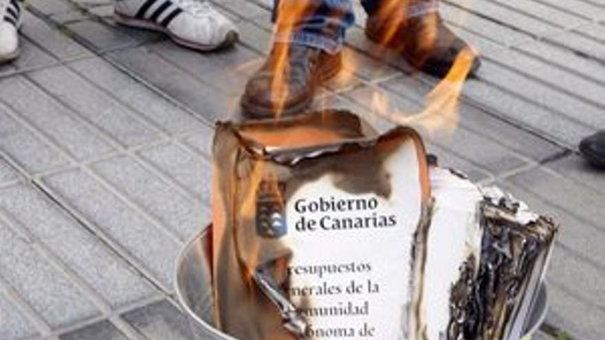Intersindical Canaria quema los Presupuestos de 2011