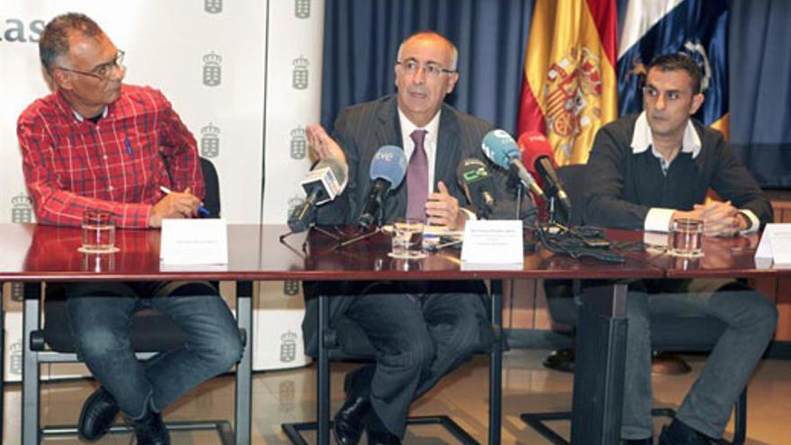 Francisco Hernández Spínola, este miércoles, junto a representantes sindicales. (EFE/Cristóbal García)
