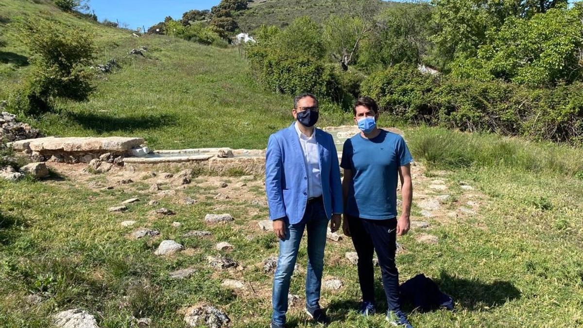 El delegado de Desarrollo Sostenible de la Junta de Andalucía en Córdoba, Giuseppe Aloisio (izda.), visita el Geoparque Sierras Subbéticas.