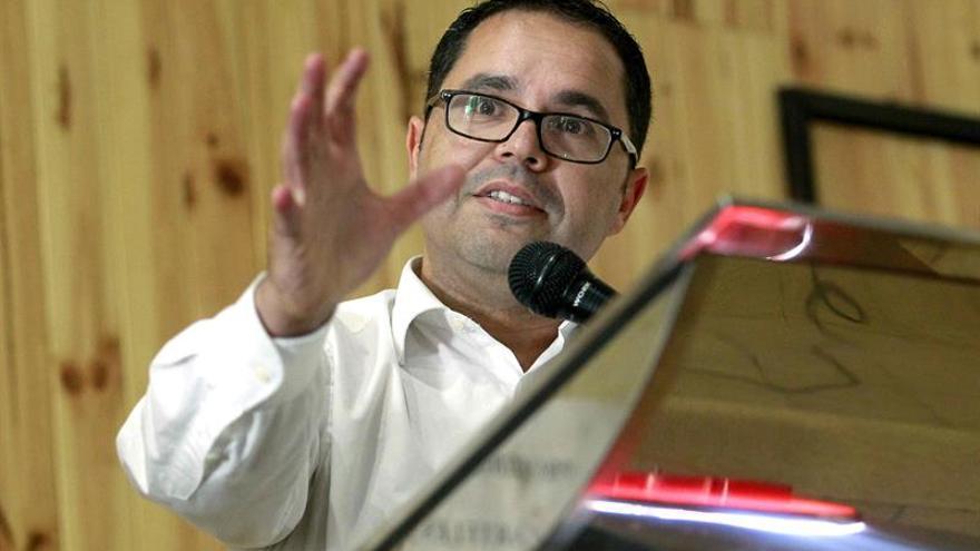 El secretario general de UGT en Canarias, Gustavo Santana, hace oficial su candidatura a sustituir a Cándido Méndez al frente del sindicato, este martes en Tenerife. EFE/Cristóbal García