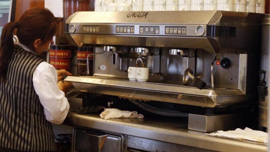 Una camarera de origen latino se dispone a preparar café en un bar / foto: EFE (archivo)
