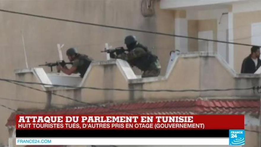 Policías tunecinos rodean el museo donde se encuentran los rehenes y sus captores. Imagen de France24.