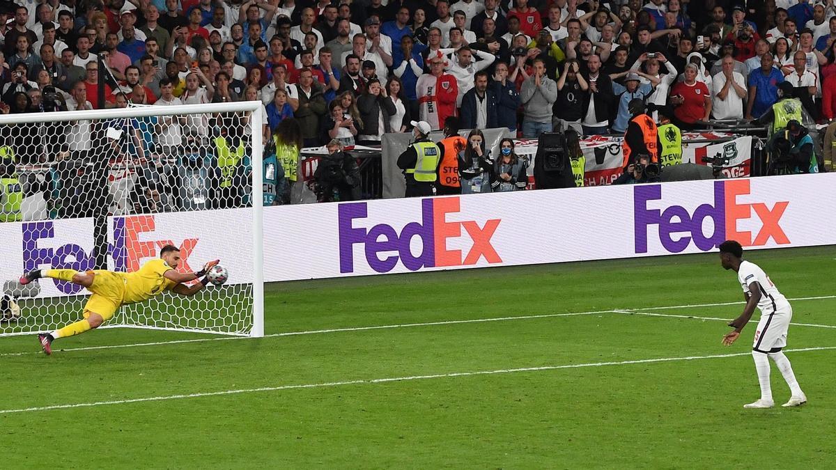 El portero italiano Gianluigi Donnarumma detiene el penalti lanzado por Bukayo Saka, de Inglaterra, dante el partido de la Eurocopa 2020 disputada este domingo entre Italia e Inglaterra en el estadio de Wembley, en Londres