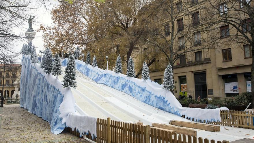 Este miércoles se abre el tobogán de nieve artificial del paseo de Sarasate de Pamplona