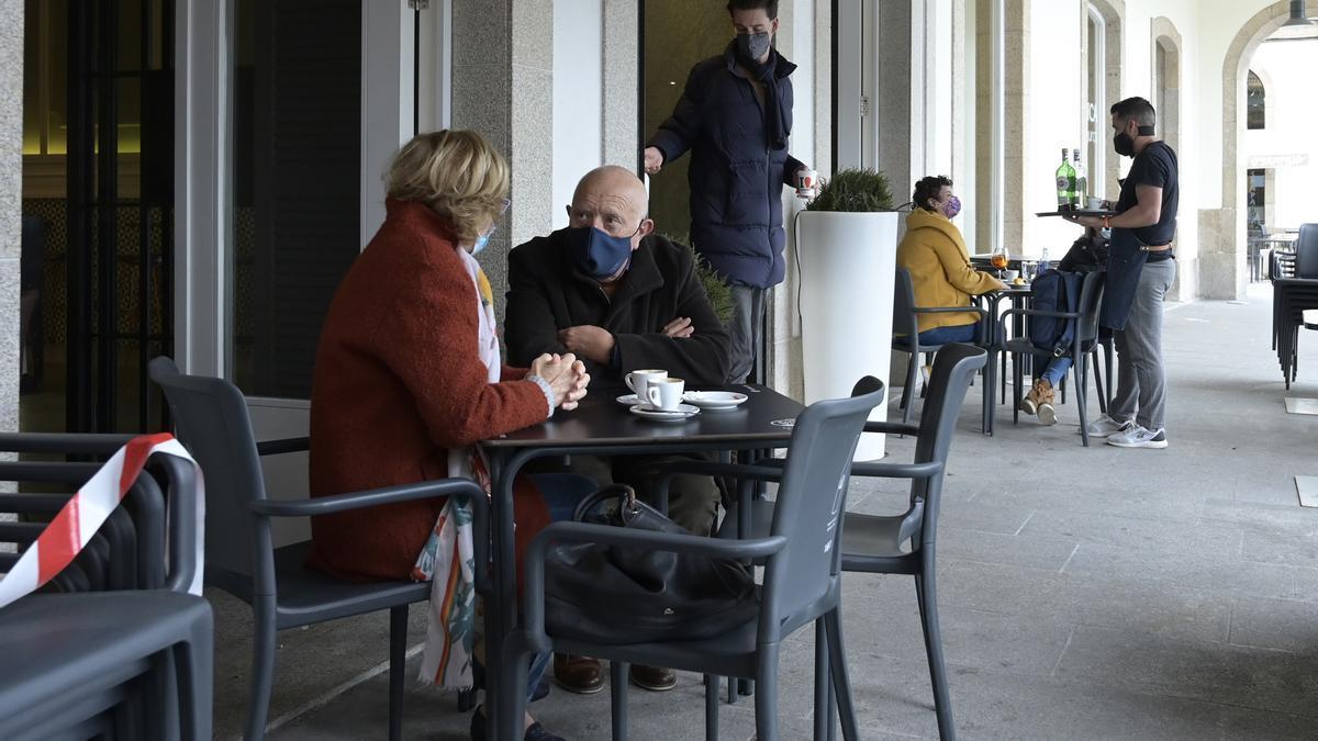 Dos personas en la terraza de un restaurante, en A Coruña, Galicia (España), a 19 de marzo de 2021.