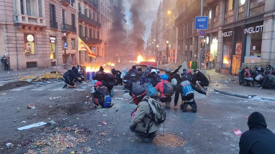 La Policía lanza gas lacrimógeno y pelotas de goma en Via Laietana y un agente resulta herido