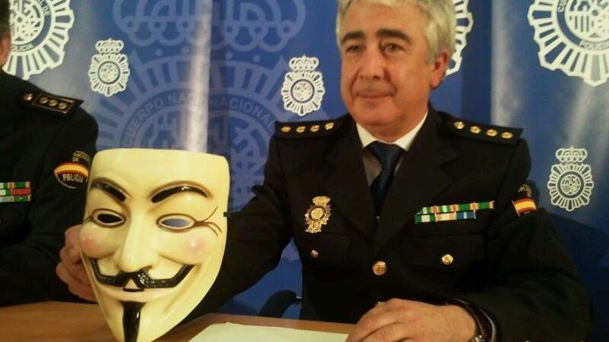 El comisario jefe de la Brigada Tecnológica, José Manuel Vázquez, sujeta la careta de Anonymous en 2011