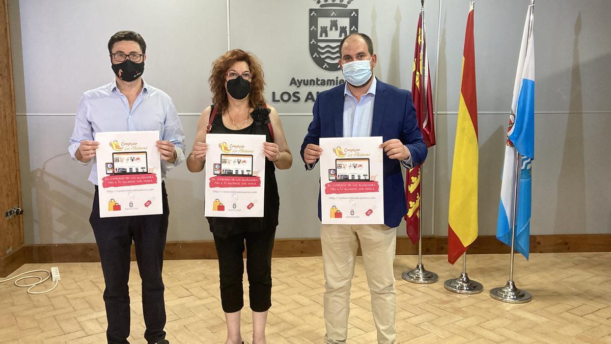 El concejal de Impulso Económico, Pedro José Sánchez Sánchez, y la presidenta de la Asociación de Comerciantes de Los Alcázares (ACLA), Ana Cari Zapata, junto al alcalde de Los Alcázares, Mario Pérez Cervera