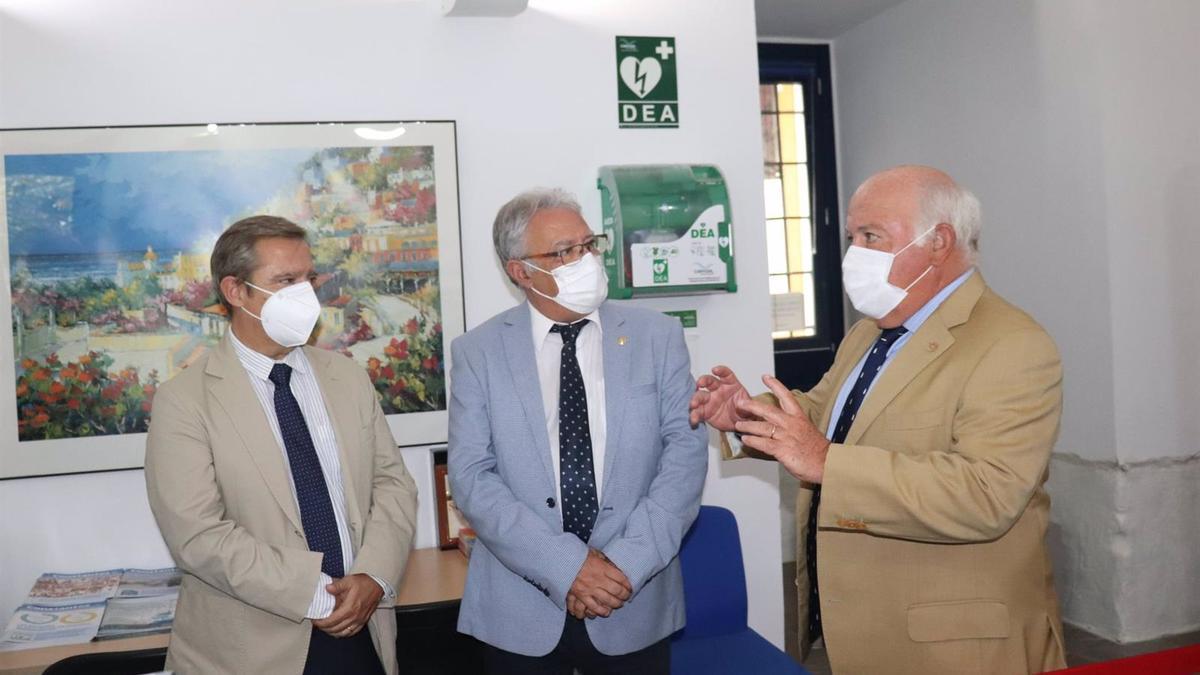 Jesús Aguirre (dcha.) en el Colegio de Enfermería de Córdoba con Juan José Pérez y Enrique Castillo.
