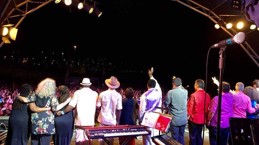 Los artistas se despiden en el escenario del Maspalomas Costa Canaria Soul Festival. (Canarias Ahora).