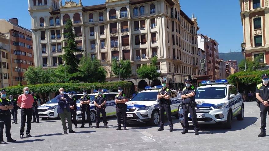 El concejal de Seguridad Ciudadana y Protección Civil de Barakaldo, Ángel Madrazo, con agentes de las Policía Local.