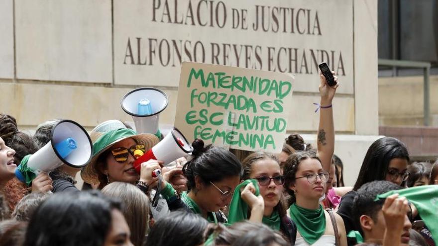 Concentración feminista frente a la Corte Constitucional de Colombia.