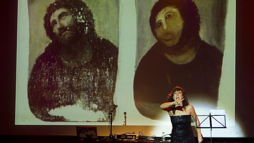 Premio a la mejor obra derivada para el Ecce Homo de Cecilia Giménez en la gala de los oXcars 2012 / Edu Bayer