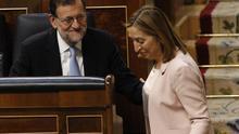 Ana Pastor pasa, sonriente, por delante del escaño del expresidente del Gobierno, Mariano Rajoy