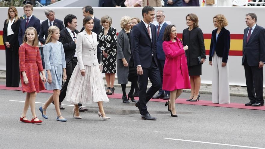 Pedro Sánchez, Margarita Robles, la reina Letizia y las infantas Leonor y Sofía, durante los actos del 12 de octubre