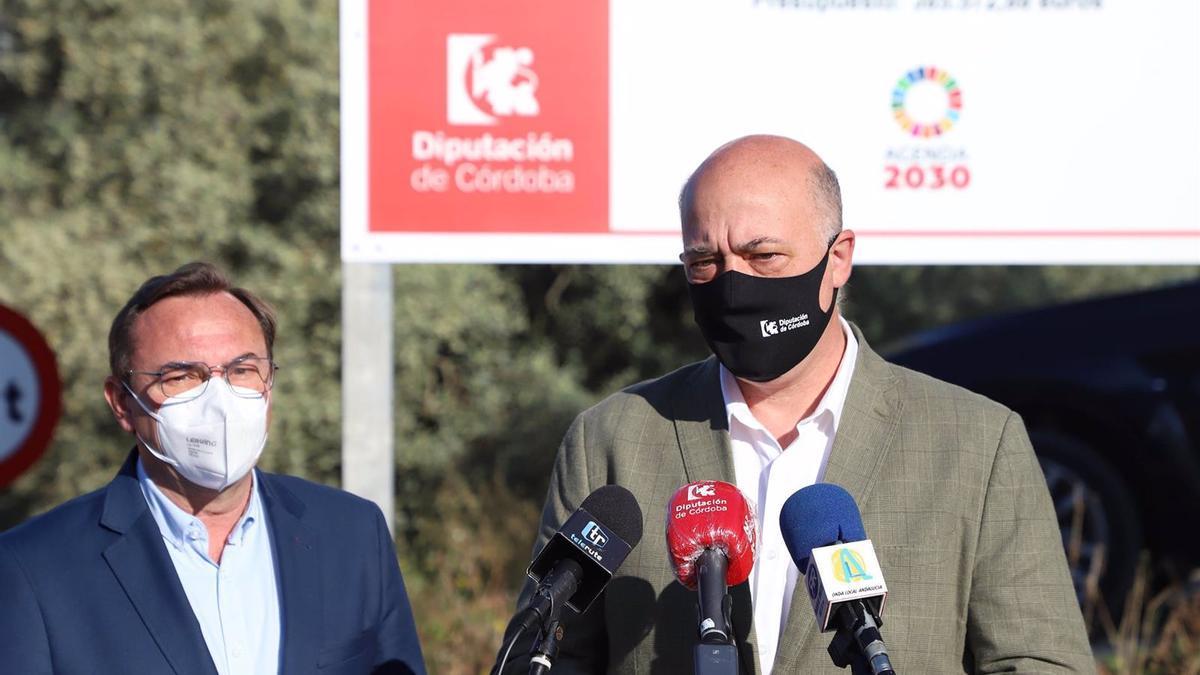 El presidente de la Diputación de Córdoba y alcalde de Rute, Antonio Ruiz, ha visitado la zona de intervención junto al responsable de Carreteras, Francisco Palomares.