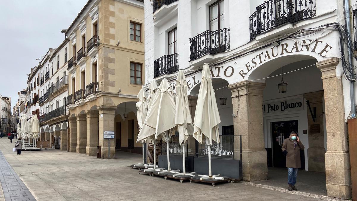 Un hombre pasea por la Plaza Mayor de Cáceres