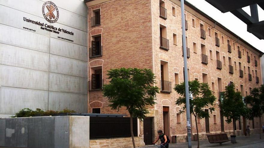 Fachada de una de las facultades de la Universidad Católica de Valencia.