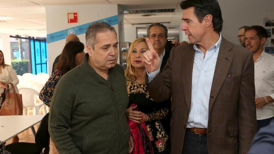 José Manuel Soria junto a Juan Santana, asesor de comunicación del Ministerio de Industria, en la inauguración de la sede electoral del PP en Las Palmas de Gran Canaria. (ALEJANDRO RAMOS)