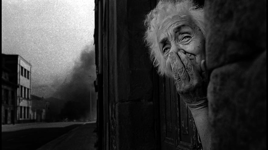 Una mujer asomada a la ventana durante las movilizaciones de la minería