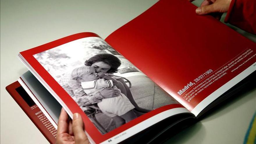 """EFE presenta a la Reina el libro """"Sofía 75 Años"""", que recoge su vida en fotos"""