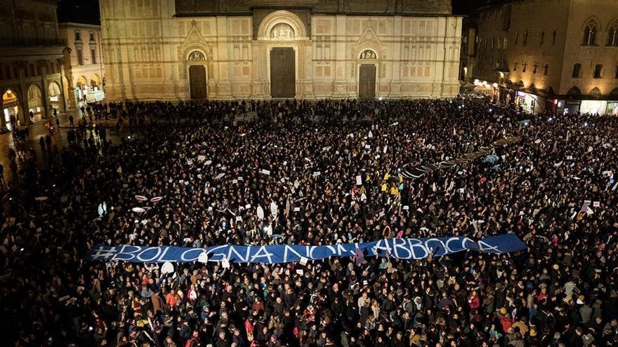 Manifestación del movimiento de las 'sardinas' en Italia contra Matteo Salvini en Bolonia.