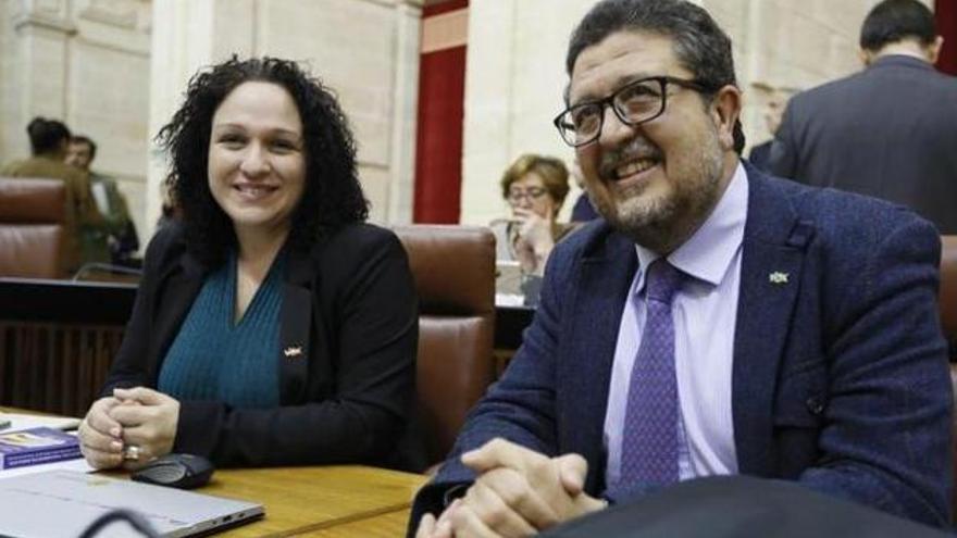 La diputada Luz Belinda Rodríguez junto al presidente del grupo parlamentario de Vox, Francisco Rodríguez.