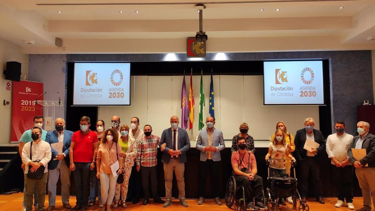 El presidente de la Diputación, Antonio Ruiz (centro), junto a representantes y miembros de la entidades beneficiarias.