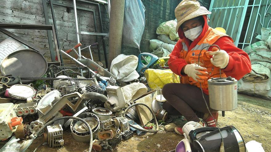La necesidad se impone al miedo entre quienes reciclan las basuras en Bolivia
