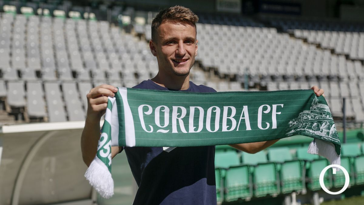 Ekaitz Jiménez posa con la bufanda del Córdoba