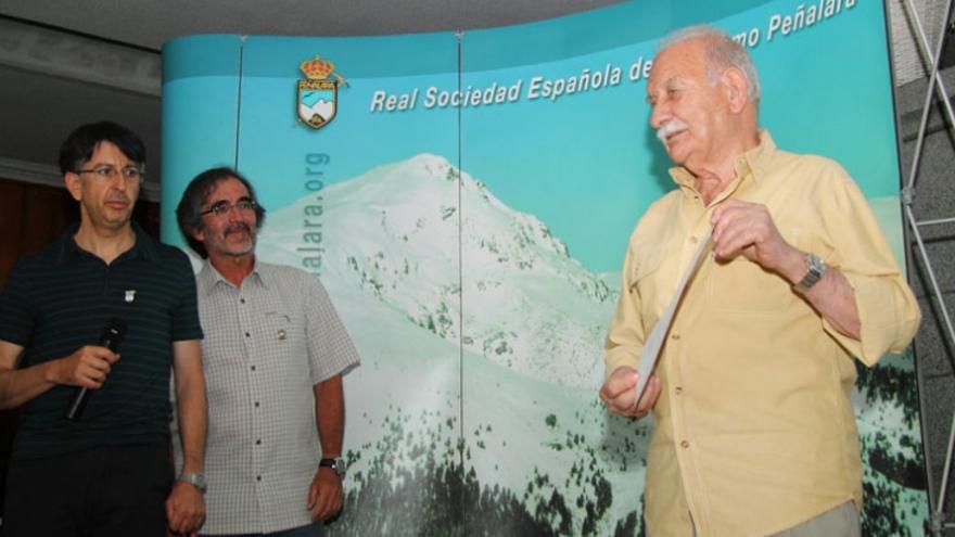 El Club Peñalara entregando a Félix Méndez Torres su Emblema de Oro (© Club Peñalara).