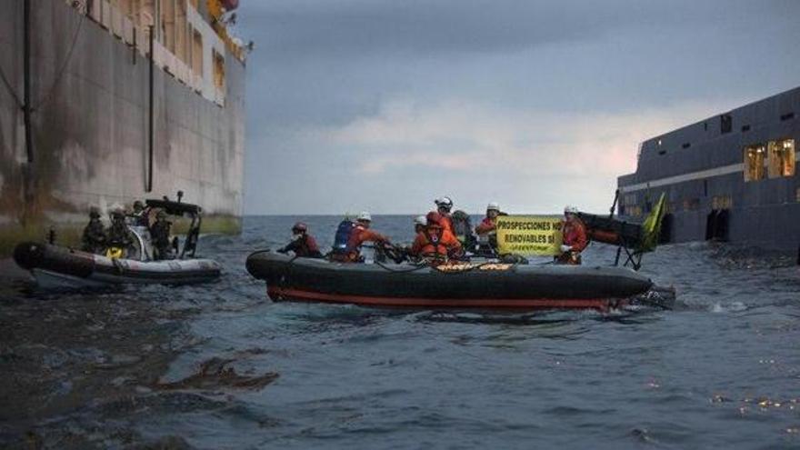 Activistas de Greenpeace en aguas canarias protestando contra las prospecciones. \ Greenpeace
