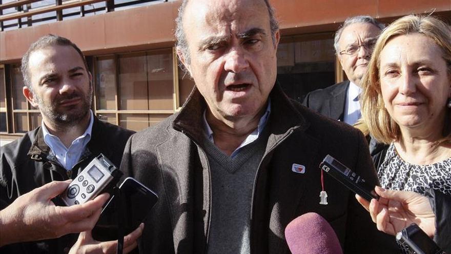 De Guindos dice que un Gobierno con Podemos crearía incertidumbre en mercados