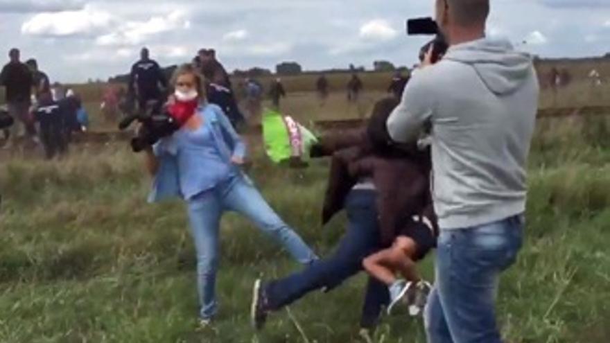 La reportera que agredió a refugiados sirios podría ir a la cárcel