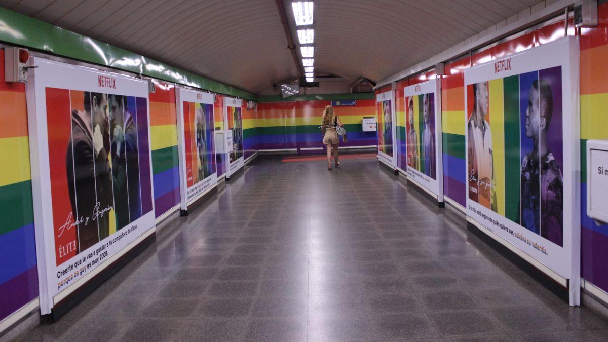 Pasillo de la estación de Metro de Chueca con la bandera arcoíris | SOMOS CHUECA