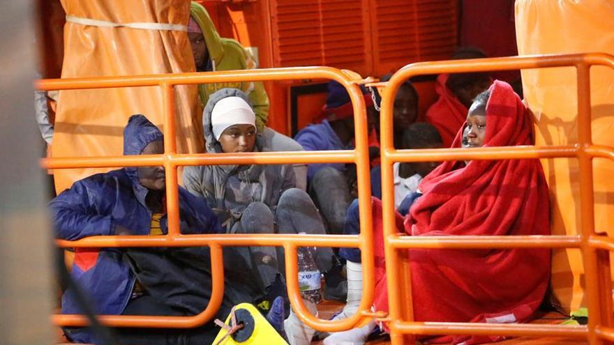 Unos 80 inmigrantes, entre ellos 7 menores de edad y 66 mujeres, llegan este martes a Melilla procedentes de las islas Chafarinas, donde han sido rescatados por Salvamento Marítimo tras permanecer en el archipiélago durante un día y medio a la intemperie.