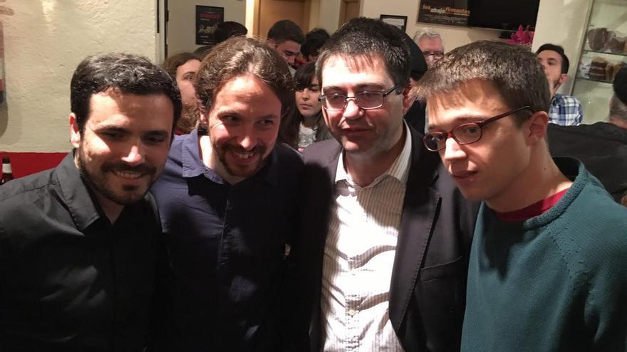 Alberto Garzón, Pablo Iglesias, Carlos Sánchez Mato e Íñigo Errejón, en la presentación del acuerdo entre Podemos e IU en la sala Mirador.